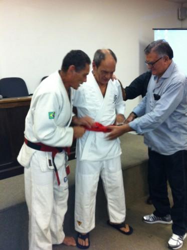 Relson e João Alberto colocando a faixa no Dr.Pedro Valente.